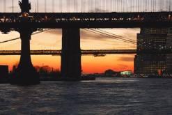 Coucher de soleil sur le Manhattan Bridge et le pont de Brooklyn