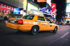Un taxi traversant Times Square