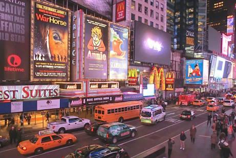La nuit, les néons éclairent Times Square comme en plein jour