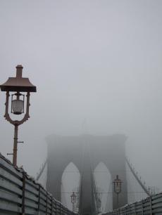 Le pont de Brooklyn dans le brouillard
