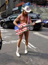 Le célèbre naked cow-boy de Times Square est présent par tous les temps ! (Photo Thierry Auger)