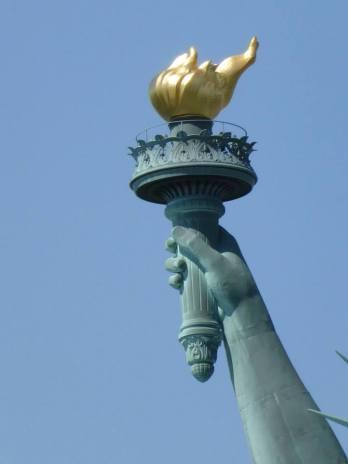 Gros plan sur la torche de la statue de la Liberté