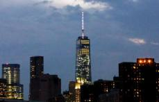 La nuit tombe sur la One World Trade Center