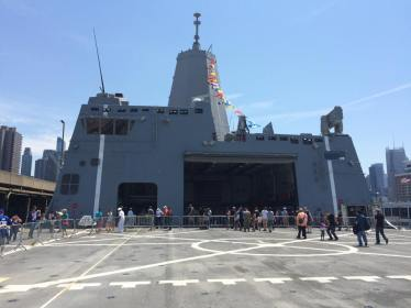 Sur le pont de l'USS San Antonio. (Photo Nathalie)