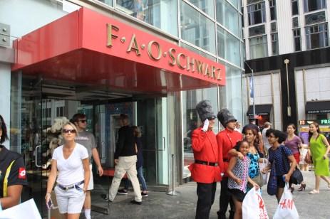 """L'entrée du magasin avec ses """"toys guards"""". (Photo Didier Forray)"""