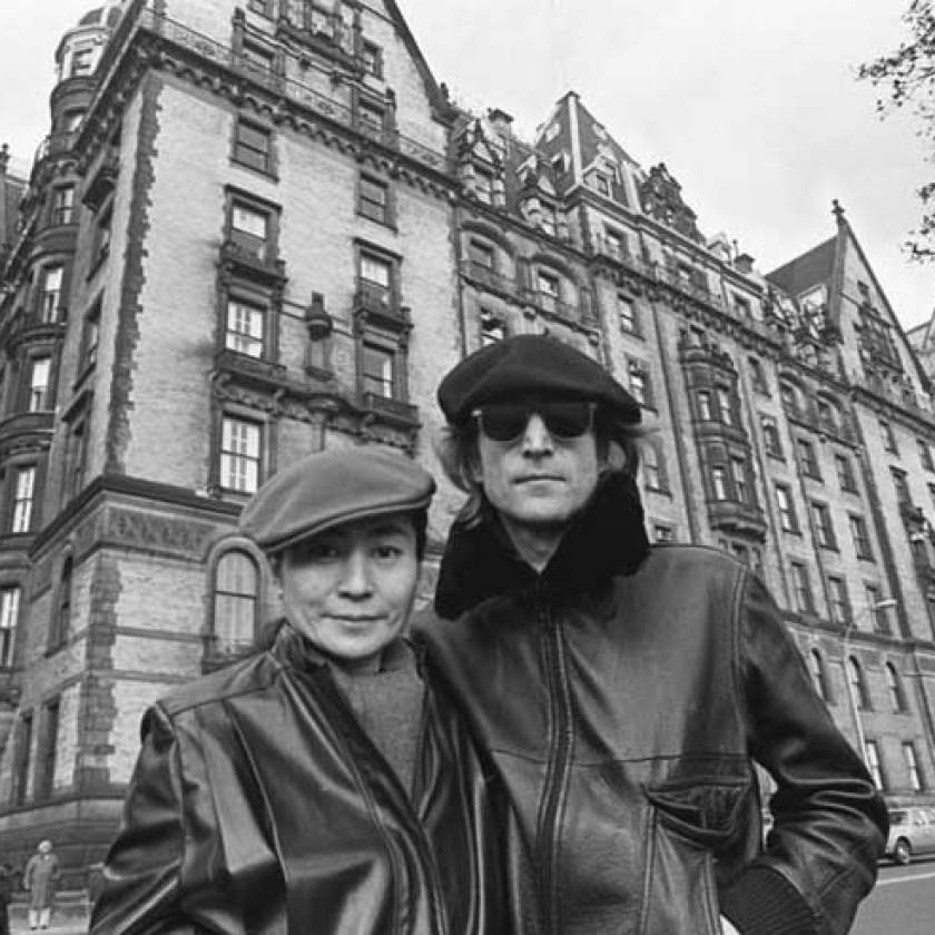 Lennon and Ono in front of the Dakotta building