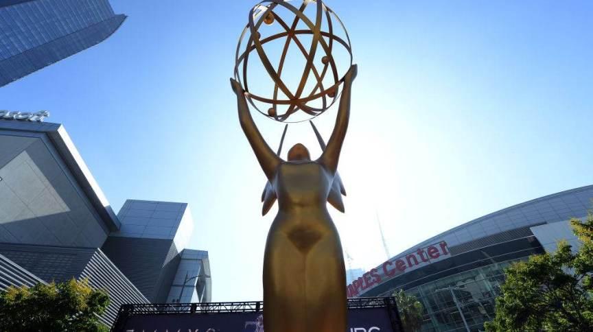 Estatueta do Emmy Awards em entrada do Microsoft Theater