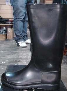 http://articulo.mercadolibre.com.ar/MLA-610551376-bota-de-lluvia-dama-marca-calfor-color-negra-35-al-40-_JM