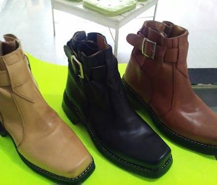 http://articulo.mercadolibre.com.ar/MLA-608772115-botas-texanas-de-hombre-de-cuero-_JM