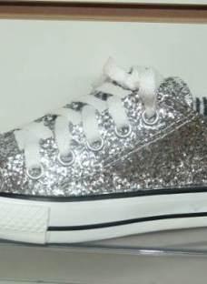 http://articulo.mercadolibre.com.ar/MLA-612641526-zapatillas-nena-glitter-brillo-plateadas-cordon-23-al-26-_JM