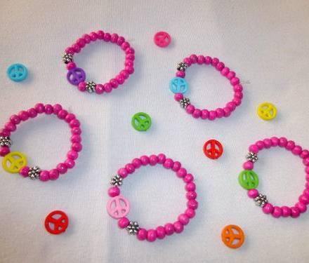 http://articulo.mercadolibre.com.ar/MLA-618134890-10-pulseras-nenas-simbolo-de-la-paz-fucsias-ideal-souvenir-_JM