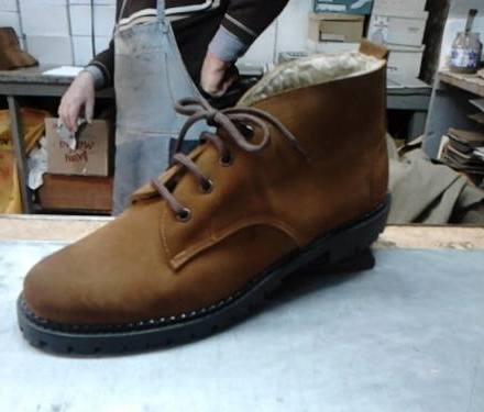 http://articulo.mercadolibre.com.ar/MLA-617908933-botas-borcegos-de-hombre-en-cuero-y-gamuzon-_JM