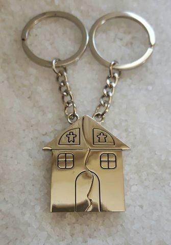 http://articulo.mercadolibre.com.ar/MLA-630427516-llavero-grabado-con-2-nombres-casita-partida-pareja-_JM