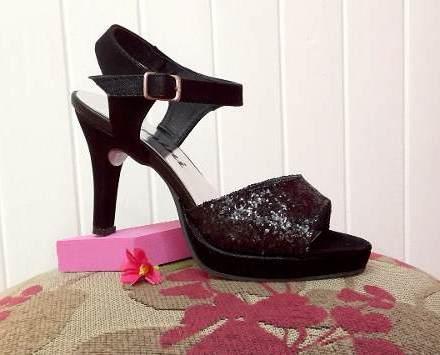 http://articulo.mercadolibre.com.ar/MLA-627618378-sandalias-negras-con-glitter-taco-8-cm-plataforma-fiesta-_JM