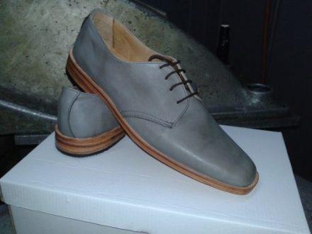http://articulo.mercadolibre.com.ar/MLA-617469815-calzado-de-hombre-de-vestir-varios-colores-suela-de-cuero-_JM