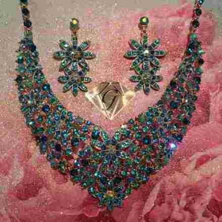 http://articulo.mercadolibre.com.ar/MLA-621330943-set-collar-y-aros-cristales-austriacos-swarovski-oferta-_JM