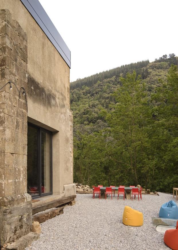 Rehabilitar una pequeña ermita como vivienda, ha dado como resultado una vivienda personal y fantástica.