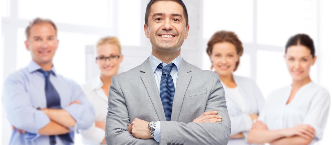 Grupo de ejecutivos con los brazos cruzados para simbolizar el mapa del liderazgo