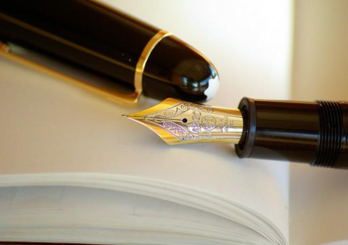 Afbeelding van een vulpen op een boek oefening voor goede start nieuw jaar