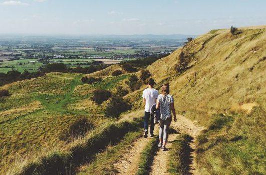 Afbeelding van wandelend stel in de natuur gevonden op coachingmetsanne.com relatietips