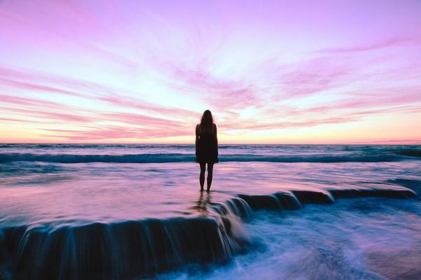 foto van vrouw op het strand met zonsondergang life coach den haag coachingmetsanne.com inspirerend filmpje