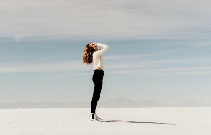 De ratrace: zo stapte ik eruit, afbeelding vrouw op zand