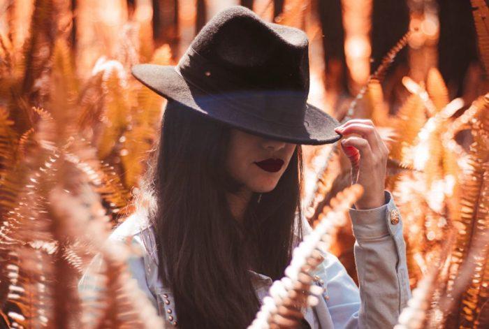 Meditatie bij hoofdpijn, vrouw met hoed