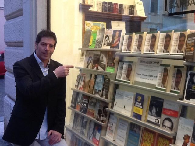 Giancarlo Fornei, davanti alla vetrina della libreria Grosso Ghelfi & Barbato di Verona, mostra il suo ultimo libro in bella vista - Verona 21 marzo 20