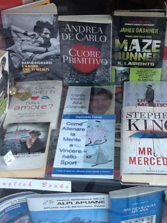 I libri del coach motivazionale Giancarlo Fornei esposti, insieme, nella vetrina della libreria Pianeta Fantasia (Carrara)