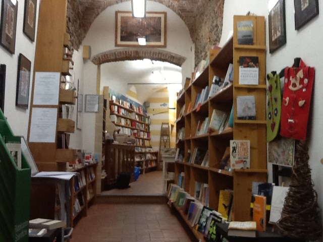 Interno della libreria Il Mulino dei Libri a Sarzana