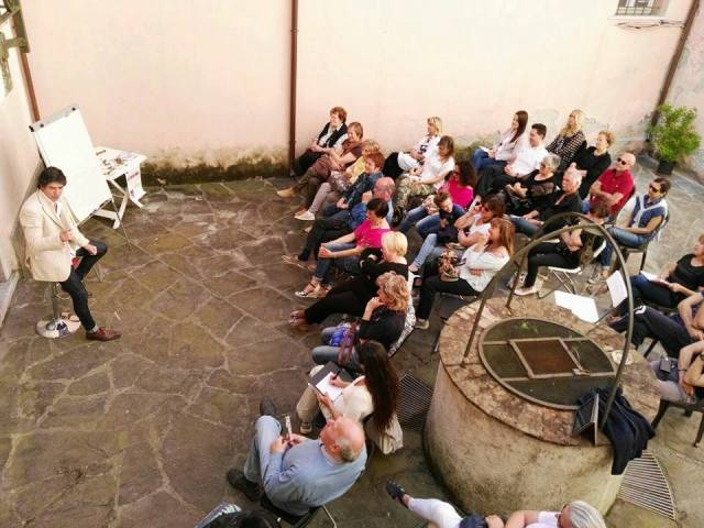 AUTOSTIMA TOUR 2016 - il pubblico presente nel cortile del Mondadori Bookstore di Sarzana, mentre ascolta Giancarlo Fornei