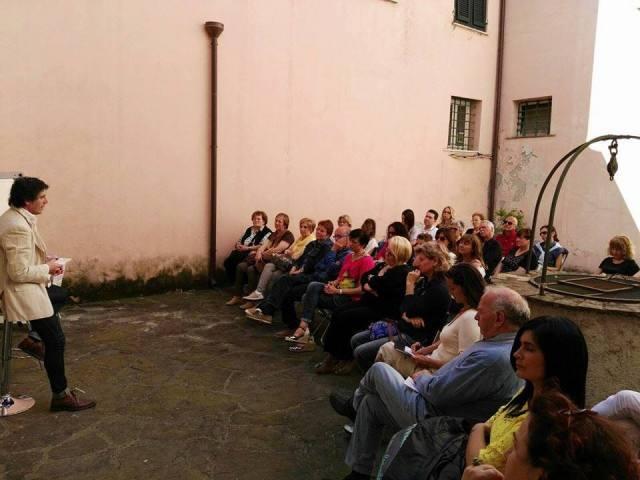 Il coach motivazionale Giancarlo Fornei inizia la sua conferenza al Mondadori Bookstore Sarzana (21 maggio 2016)