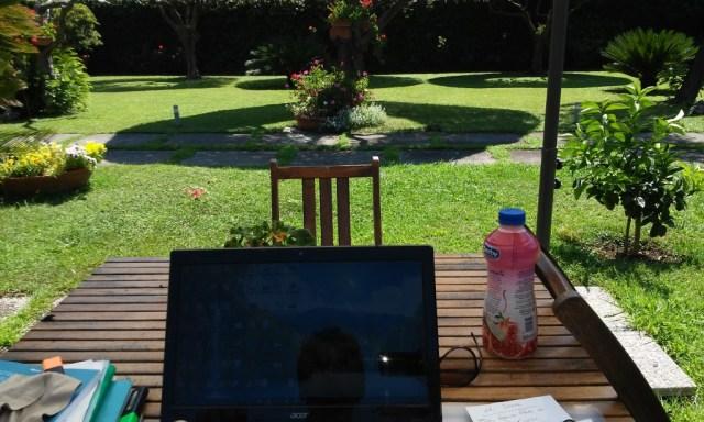 Giancarlo Fornei comodamente seduto in giardino, pronto a cominciare a scrivere il suo nuovo libro Chi ha paura del lupo cattivo allias il fallimento