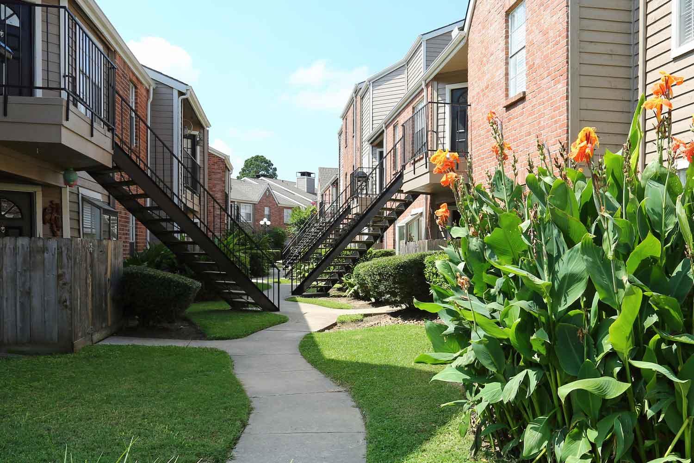 cobble creek apartment community in