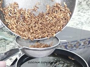escurriendo el arroz salvaje