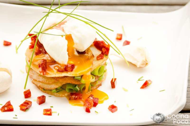 Huevo poché con chorizo ibérico sobre patatas