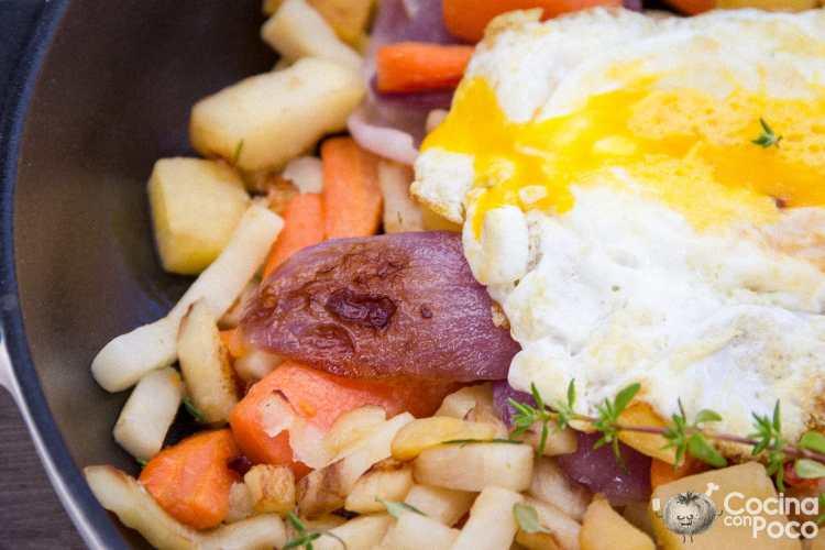Huevos rotos con tubérculos