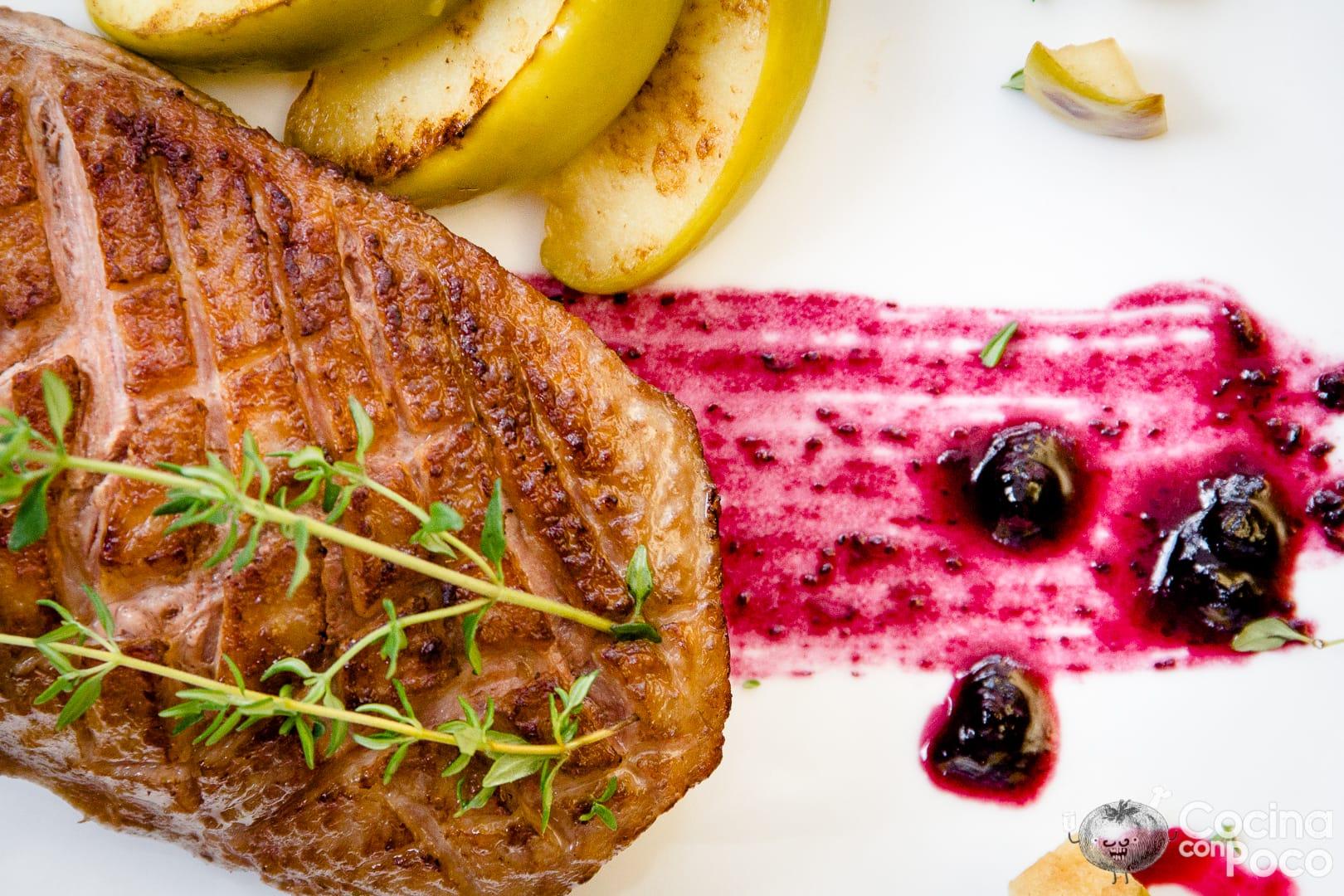 Magret de pato con salsa arándanos o frutos rojos