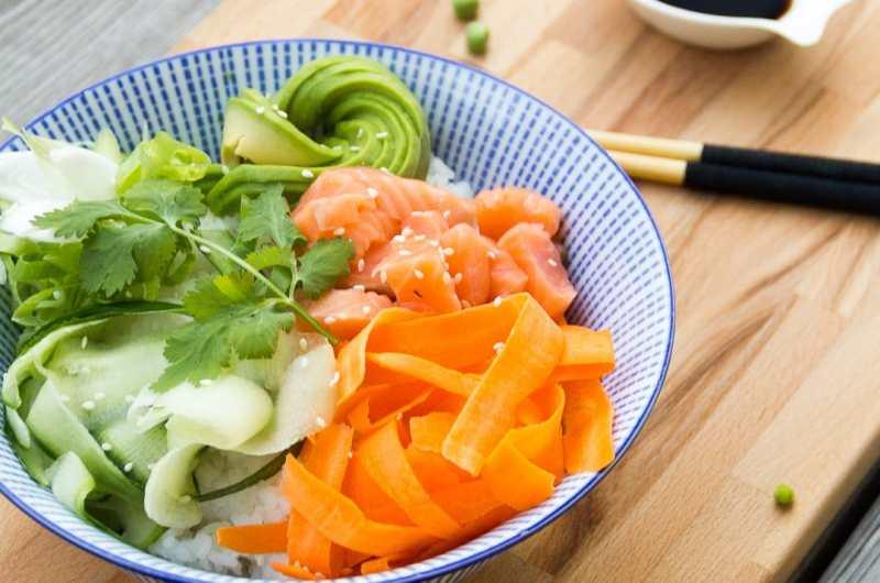 Poke bowl de salmón o poke hawaiano