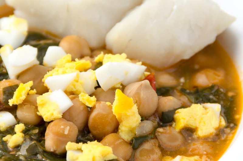 Garbanzos con bacalao y espinacas - receta tradicional de Semana Santa