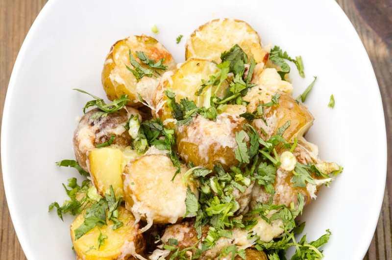 Patatas al horno asadas con parmesano ¡tan buenas que no podrás parar de comer!