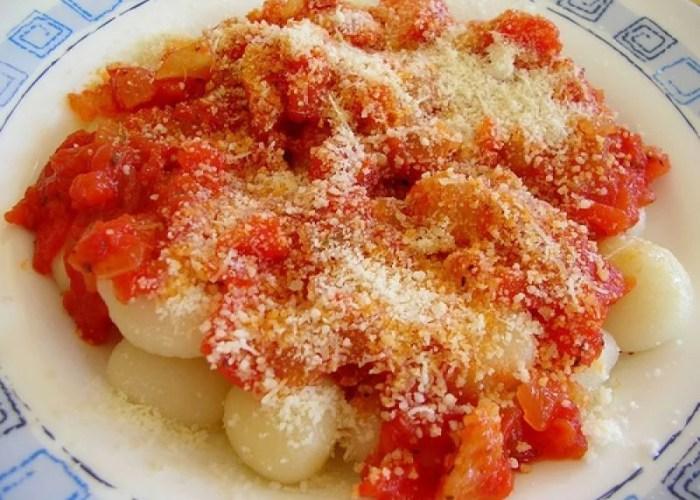 ñoquis de papas caseros con salsa de tomate