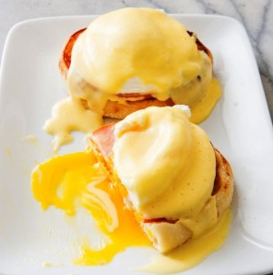 Receta Original de Eggs Benedict con English Muffin