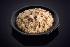 Delicioso arroz con vegetales y hongos