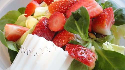 Ensalada de brotes frescos, fresas y almendras: muy veraniega!