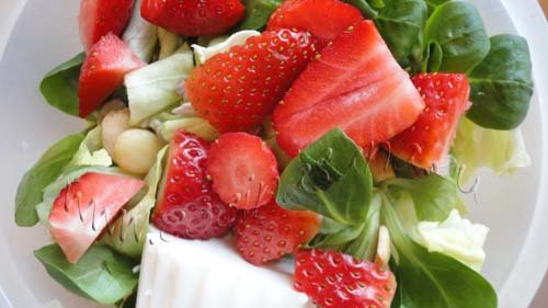 Ensalada de brotes frescos, fresas y almendras: pruébala!