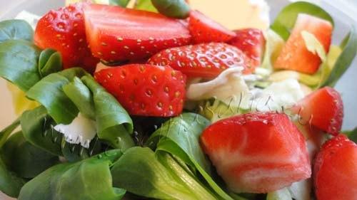 Ensalada de brotes frescos, fresas y almendras: perfecta contra el calor!