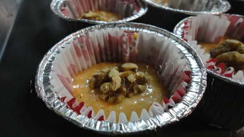 Vierte la mezcla en moldes para muffins, llenando las dos terceras partes de cada molde
