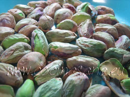 Trucha arcoíris con pistachos: quita la cascara de los pistachos