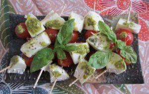 Mini-brochetas de Tomate, Pesto y Mozzarella